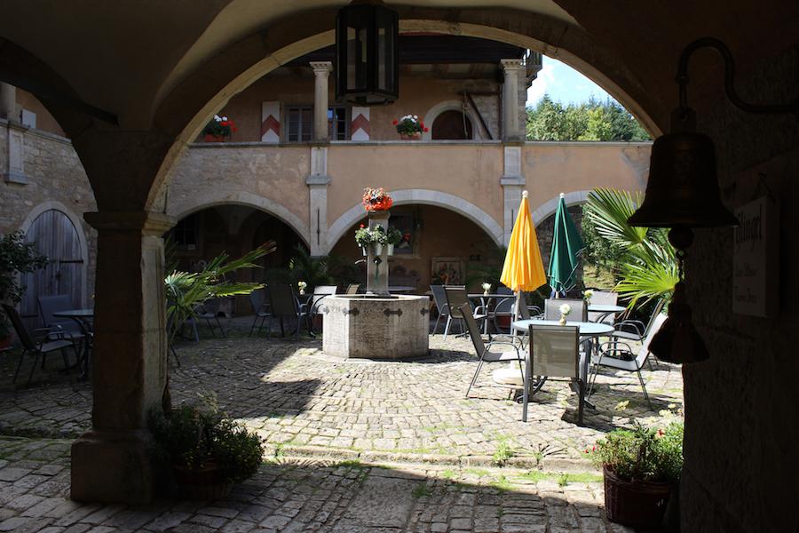 Geyer-Schloss-Cafe_Innenhof_01